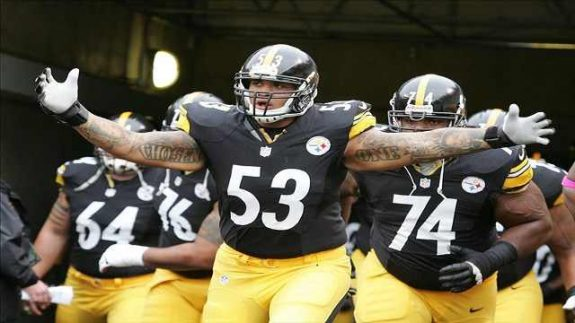 Pittsburgh-Steelers-Maurkice-Pouncey-leads-offense-on-field